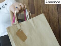 Kvinde holder papirsposer