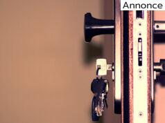 hoveddør med nøgler i