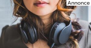 kvinde med høretelefoner om halsen